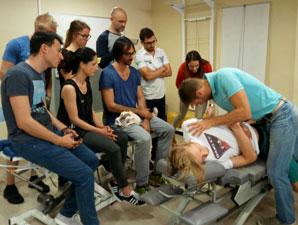 Kiropraktor Bjargo underviser studenter.